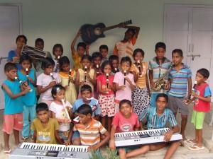 de muziekgroep met het nieuwe instrumentarium