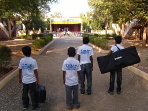 de bandleden op weg naar hun optreden op Republic Day